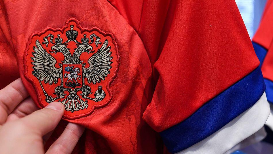 Rot-Blau-Weiß statt Weiß-Blau-Rot: Russlands Nationalelf läuft vorerst in ihren alten Trikots auf