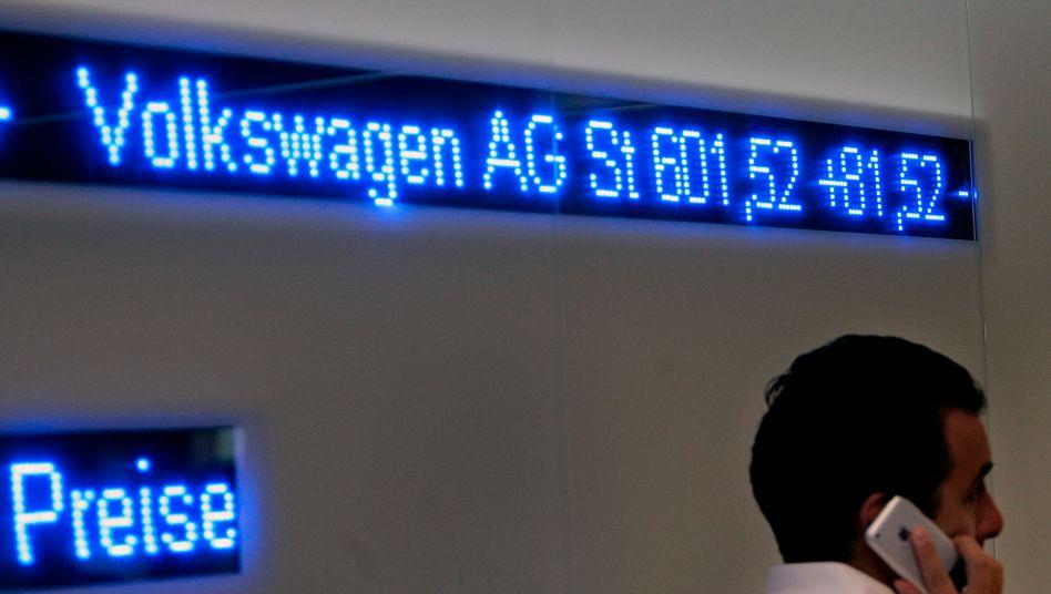 VW an der Börse: Die Vorzugsaktien und mehr noch die Stammaktein von VW haben derzeit einen enormen Lauf, der ein ganz wenig an alte Zeiten erinnert (Bild Archiv, Oktober 2008)