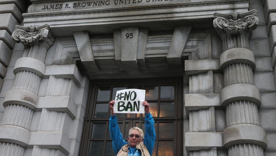 Demonstrantin vor US-Berufungsgericht in San Francisco