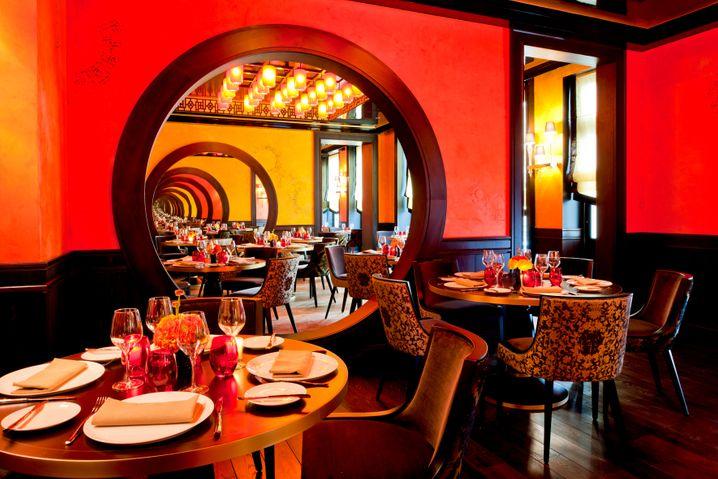 Spannungsgeladenes Design zwischen Savoir vivre und Fernost: Das Restaurant â La Vraymondeâ des Buddha Bar Hotels Paris gehört zu den Gourmettempeln der französischen Hauptstadt.
