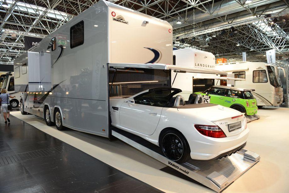 """""""Beiboot"""": Einige der luxuriösen Liner haben im Heck eine eigene Garage, in der die Edelcamper sogar ihren eigenen Sportflitzer mitnehmen können"""