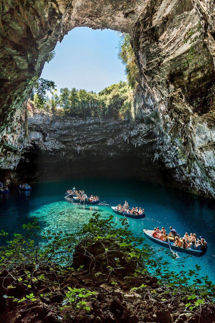 Die Melissani-Höhle auf Kefalonia ist ein beliebtes Touristenziel