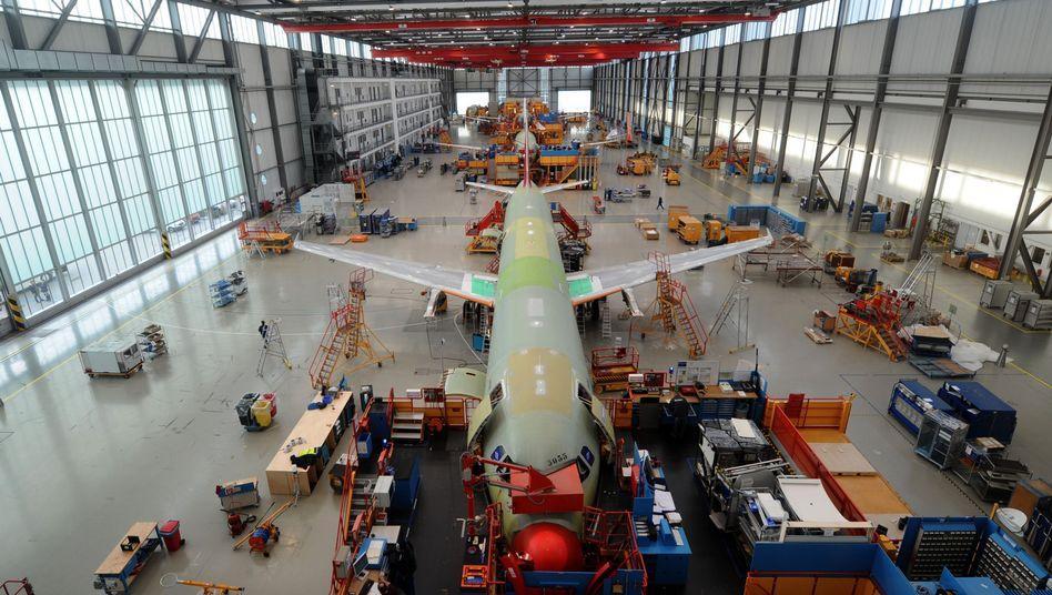 """A320-Endmontagehalle im Airbus-Werk in Hamburg-Finkenwerder: """"Die Branche befindet sich in einer beispiellosen Krise"""""""