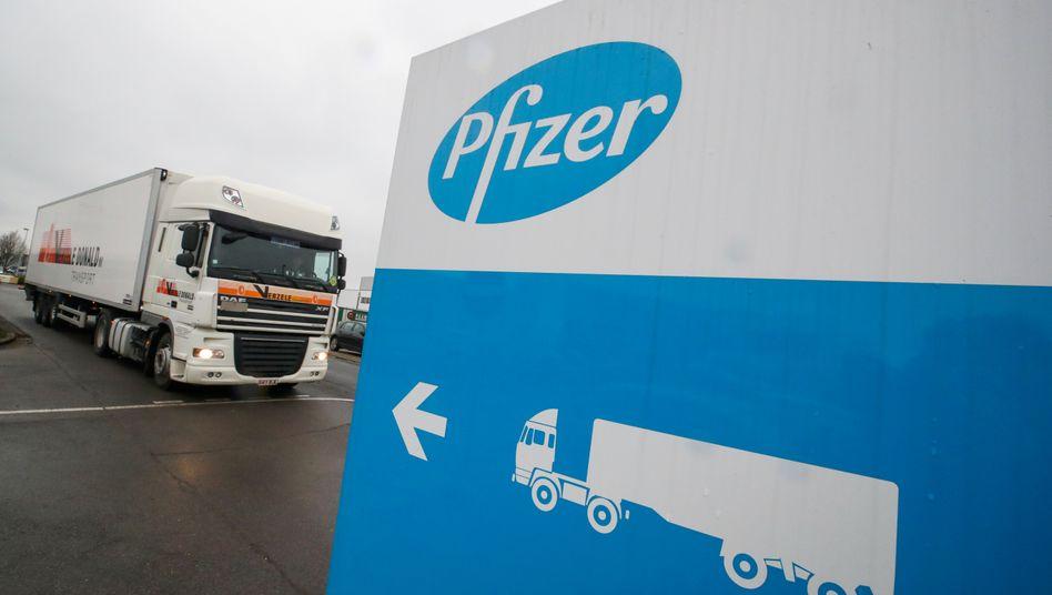 Auslieferung begonnen: Kühllaster am Pfizer-Werk im belgischen Puurs am Donnerstag