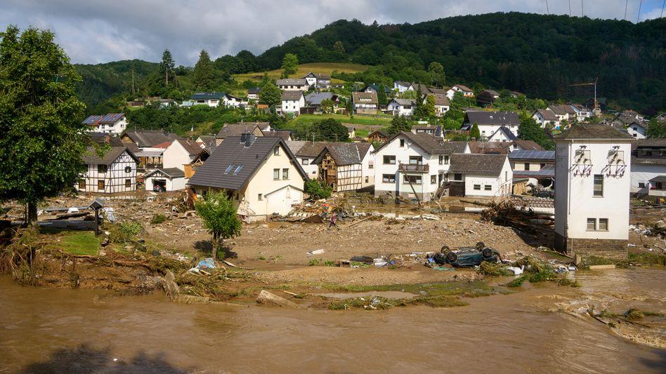 Beschädigte Autos, zerstörte Häuser in Schuld, Rheinland-Pfalz: Ein Fall auch für die Versicherungsbranche