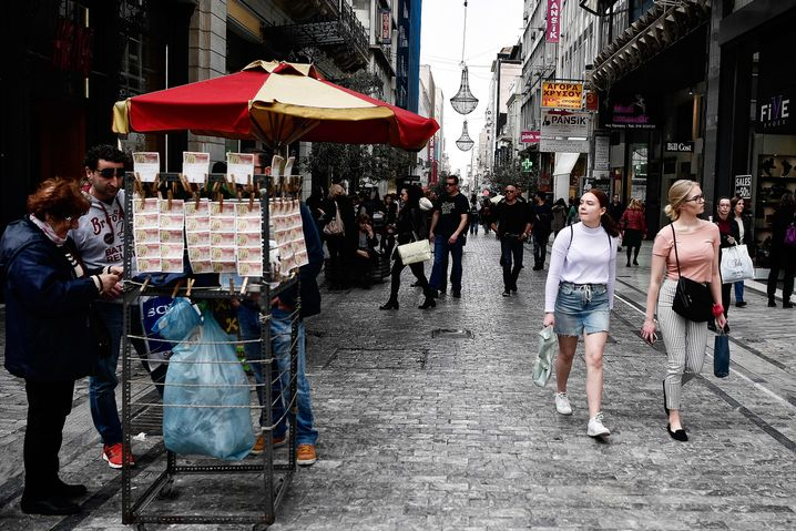 Touristen in Athen: Der Tourismus trägt etwa 30 Prozent zur griechischen Wirtschaft bei
