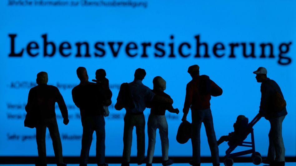 Fast jeder Deutsche hat eine Lebensversicherung: Doch die Niedrigzinsen setzen der Branche immer mehr zu