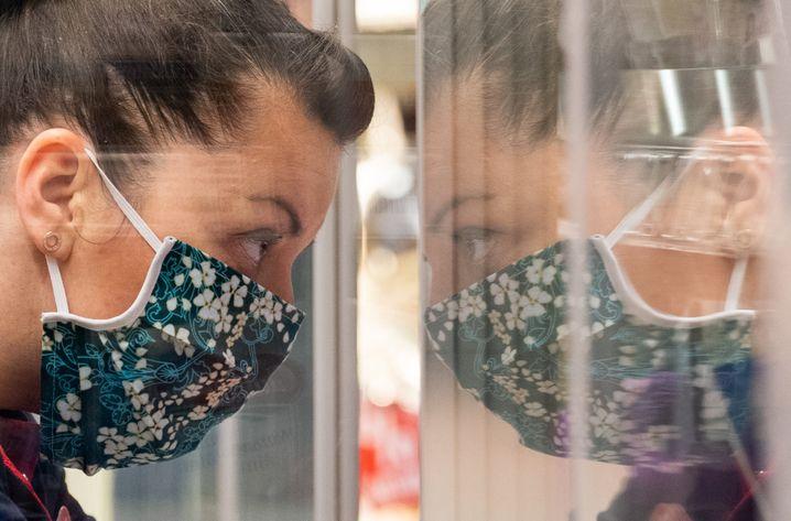 In Österreich müssen Menschen beim Einkaufen eine Schutzmaske tragen