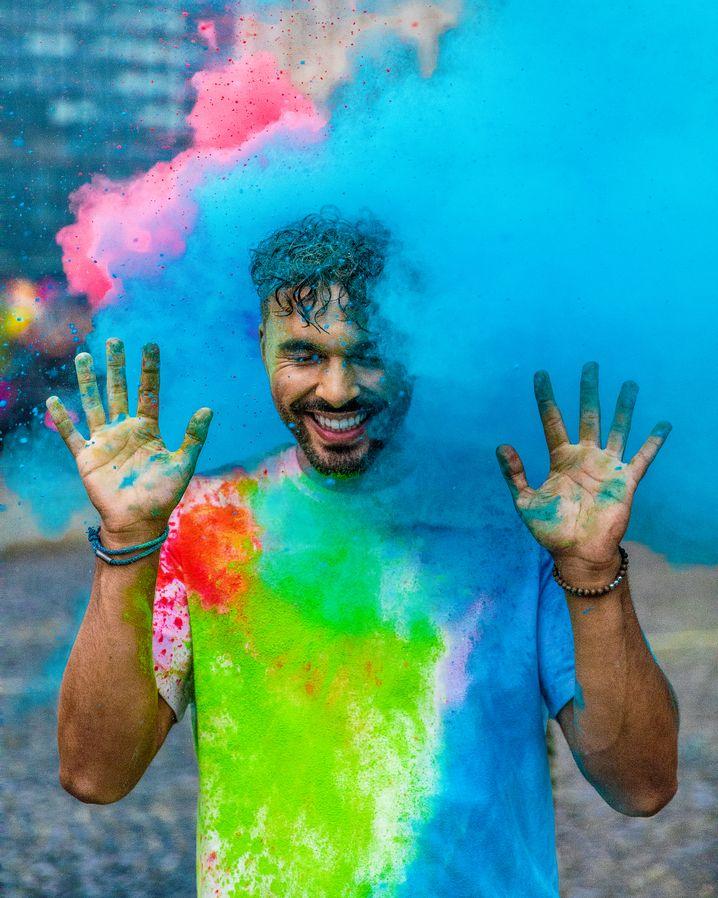 Farbexplosion: Mit 11,6 Millionen Followern ist Younes Zarou der größte deutsche TikTok-Star.