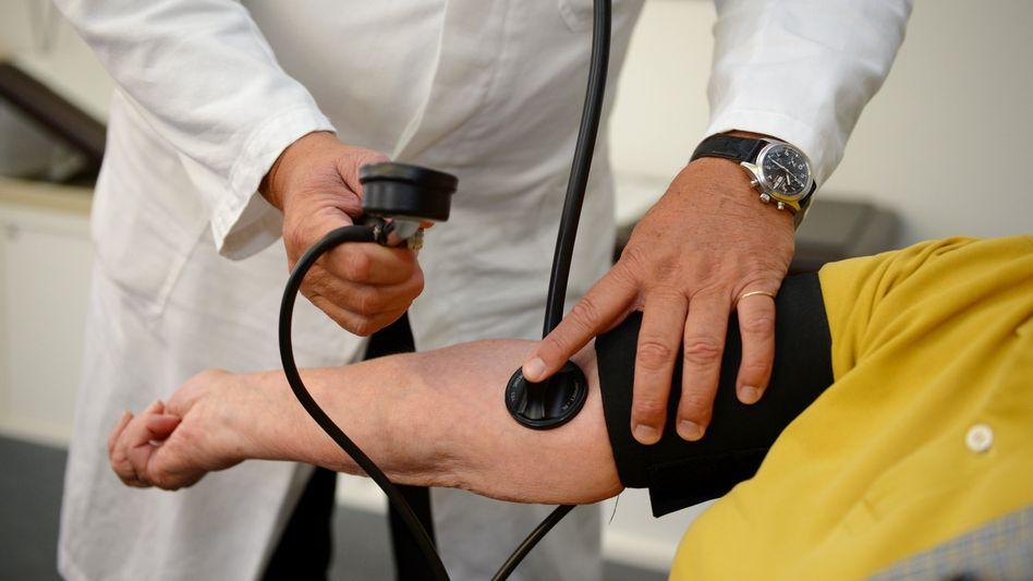 Besuch beim Hausarzt: Die Gesundheitsausgaben in Deutschland lagen 2017 bei rund 374 Milliarden Euro