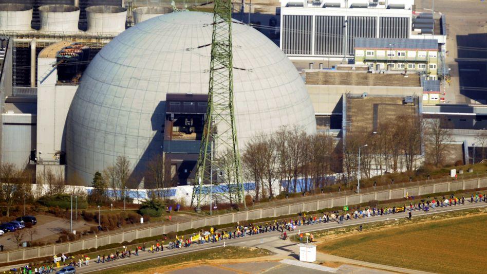 Tausende Menschen bildeten vor dem Atomkraftwerk Neckarwestheim eine Menschenkette. Das 1989 erbaute Kraftwerk Neckarwestheim II soll bis zum Jahr 2036 Strom erzeugen