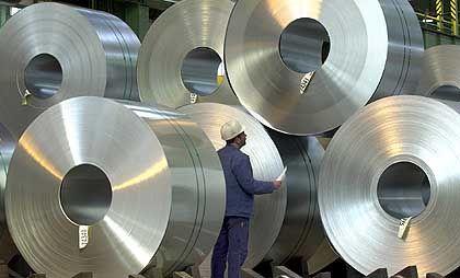 Blech für die Auto-Produktion: Jede dieser Rollen am Produktionsstandort Salzgitter wiegt rund 20 Tonnen. Der Stahlhersteller Salzgitter hat am Freitag sehr gute Halbjahreszahlen vorgelegt
