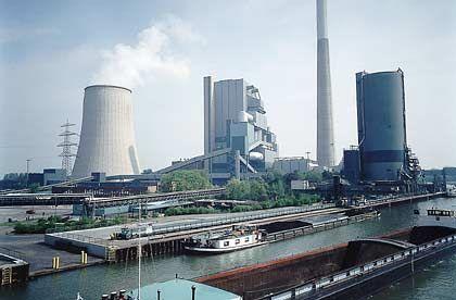 Kohle und Wasser: Das Kraftwerk der RAG-Tochter Steag in Bergkamen wird über einen eigenen Hafen am Datteln-Hamm-Kanal mit Steinkohle beliefert