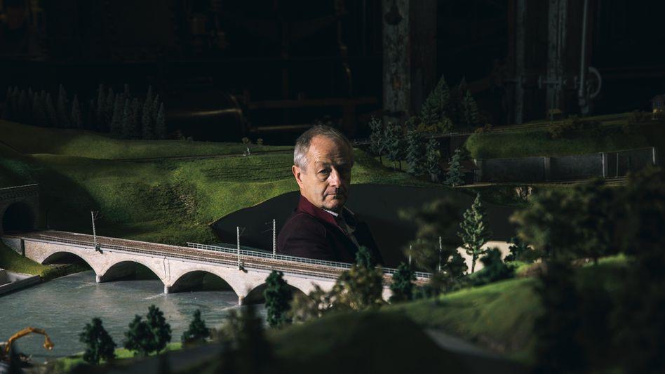 Kleine Welt: Im Museum Lokwelt in Freilassing sitzt Peter Maegdefrau inmitten einer Anlage aus seiner ehemaligen Fabrik