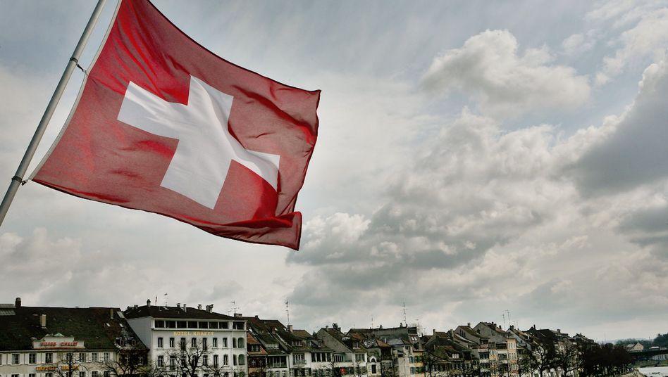 Schweizer Fahne in Basel: EU will Steuerabkommen verhandeln