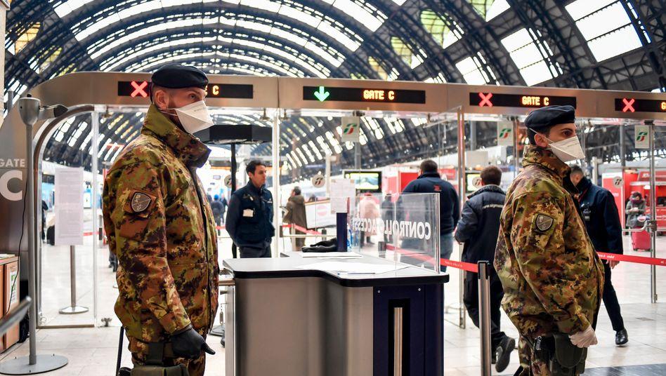 Ganz Italien wird zum Sperrgebiet: Soldaten der italienischen Armee stehen am Hauptbahnhof in Mailand. Die italienische Regierung lässt im Zuge der Coronavirus-Krise an Bahnhöfen, Flughäfen und Autobahnen in den Sperrgebieten kontrollieren. In die Gegenden in Norditalien oder aus ihnen hinaus darf man nur im Notfall oder aus dringenden Arbeitsgründen. Ab Dienstag gilt diese Regelung nun für ganz Italien.