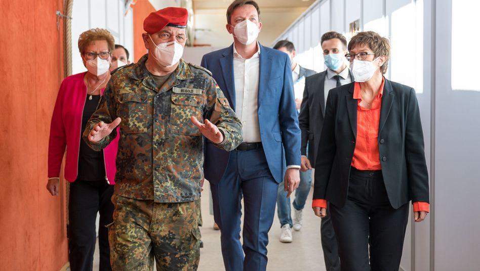 Impfen rund um die Uhr: Der saarländische Ministerpräsident Tobias Hans (CDU) besucht gemeinsam mit Bundesverteidigungsministerin Annegret Kramp-Karrenbauer (rechts) das Impfzentrum der Bundeswehr in Lebach