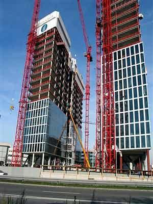Zwei schlanke, gläserne Hochhausscheiben: Die Highlight Towers