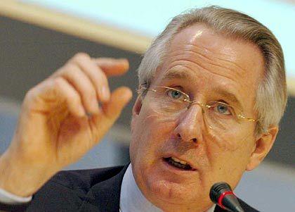 Sitz im Aufsichtsrat von KarstadtQuelle könnte zum Hemmschuh werden: Klaus Zumwinkel, Vorstandschef der Deutschen Post