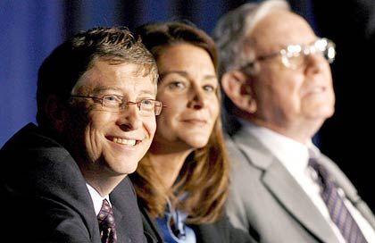 Schwerreiche Donatoren: Bill (l.) mit Ehefrau Melinda Gates und Milliardär Buffett