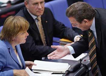 Reformen als Chefsache: Gegenspieler Angela Merkel und Gerhard Schröder