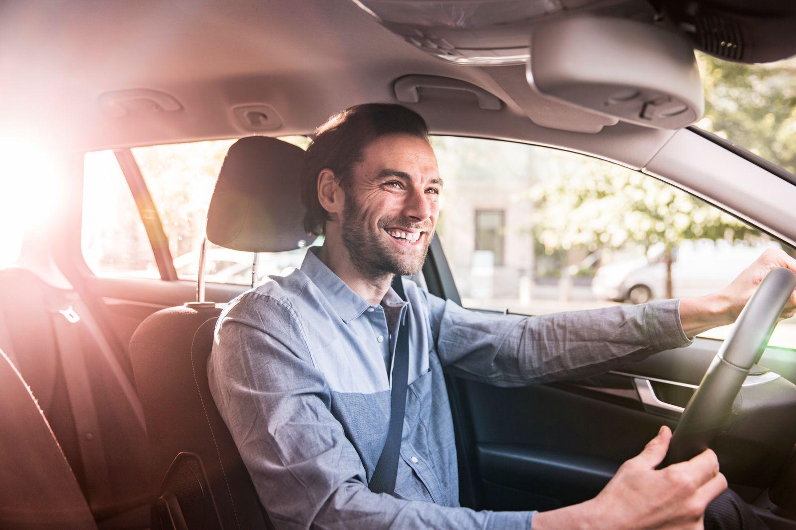 EINMALIGE VERWENDUNG Auto / Mann / glücklich