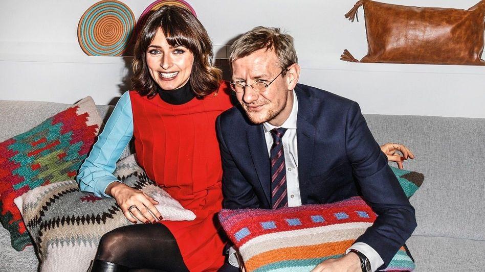 SITZGRUPPE Model Eva Padberg hilft Home24-CEO Philipp Kreibohm beim Möbelverkauf
