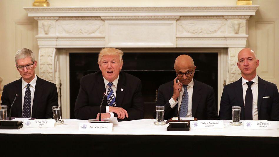 Treffen in Washington: US-Präsident Trump (l.) empfing kürzlich die Chefs großer IT-Konzerne im Weißen Haus, darunter auch Microsoft-CEO Satya Nadella (M.) und Amazon-Gründer Bezos