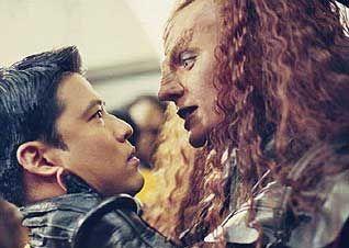 Auf Konfrontationskurs: Klingone und Enterprise-Crewmitglied