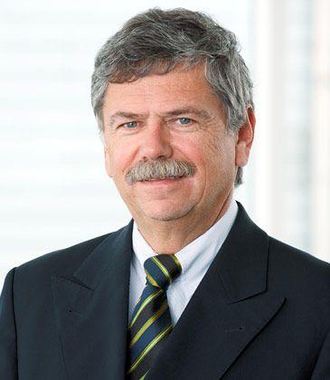 """""""Wir würden gerne einen A380 für die Lufthansa finanzieren"""": Jürgen Salamon ist Gründer und Kopf der Dr. Peters Gruppe mit Sitz in Dortmund. In die fast 140 geschlossenen Fonds, die das Unternehmen seit 1975 platziert hat, zahlten Anleger mehr als drei Milliarden Euro Eigenkapital ein. Vom damit realisierten Investitionsvolumen von rund 6,2 Milliarden Euro entfielen etwa 4,2 Milliarden auf Schiffsbeteiligungen. 1,33 Milliarden Euro wurden in Flugzeuge investiert. In Kürze bringt Salamon seinen fünften A380 auf den Kapitalmarkt. Nummer sechs folgt im kommenden Jahr."""