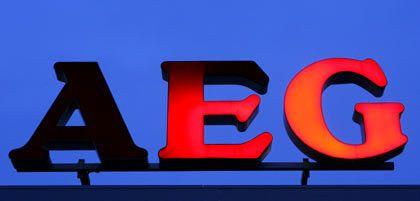 Schatten auf dem Marken-Logo: AEG-Schriftzug am Dach des Werks Nürnberg