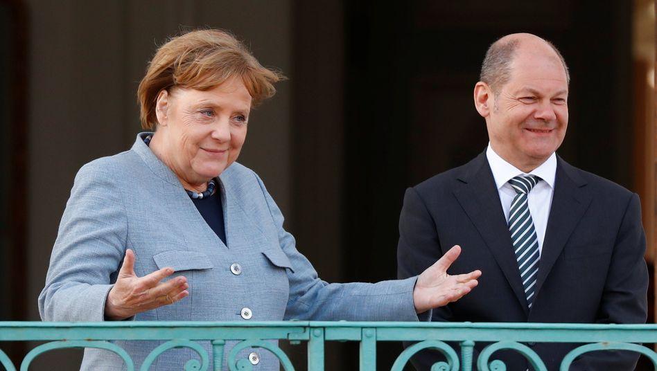 Angela Merkel mit Finanzminister Olaf Scholz während der Klausurtagung des Kabinetts in Meseberg