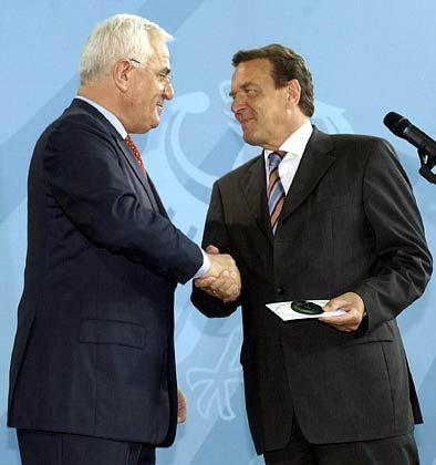 Alles auf einer Scheibe: Peter Hartz überreicht Gerhard Schröder die CD mit dem Kommissionsbericht
