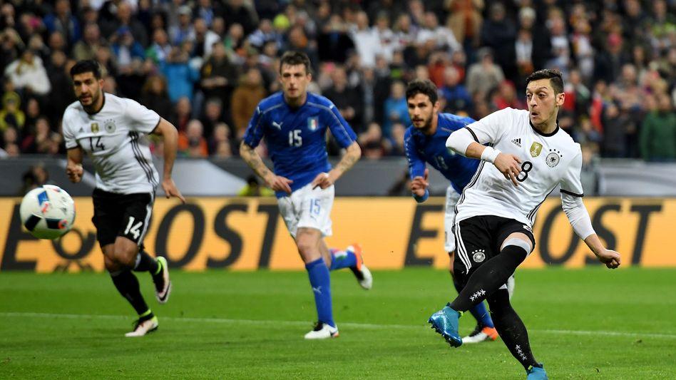 Özil (im Testspiel gegen Italien): Ramadan und die Fußball-EM lassen sich nicht vereinbaren - der Profi-Fußballer und gläubige Moslem Özil kann seine Fastenzeit aber außerhalb des Ramadan nachholen