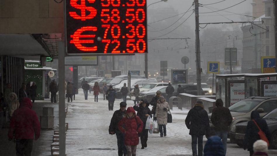 Wechselkurs-Anzeige in Moskau: Der Rubel hat in den vergangenen Tagen zum Euro und zum Dollar drastisch an Wert verloren
