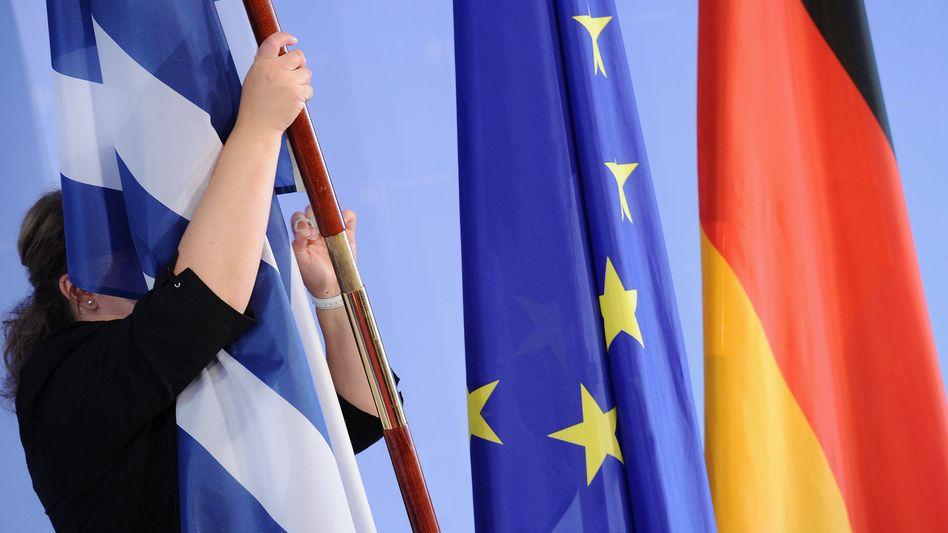 Wankt, aber fällt (noch) nicht: Die Euro-Staaten stützen Griechenland in der Schuldenkrise