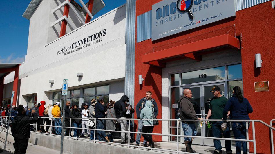 Schlange vor dem Job-Center in Las Vegas: 40 Millionen Arbeitslose, 100.000 Tote seit Beginn der Corona-Krise