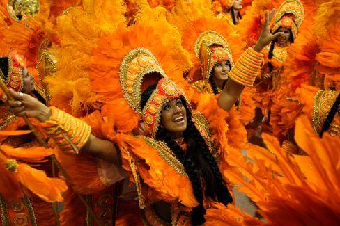 Farbenfreude: Ganz in Orange präsentieren sich Tänzerinnen der Sambaschule Vila Isabel