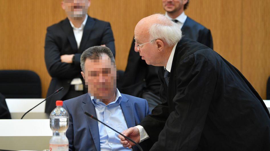Auf der Anklagebank: Motorenentwickler Giovanni P. mit seinem Anwalt Walter Lechner.