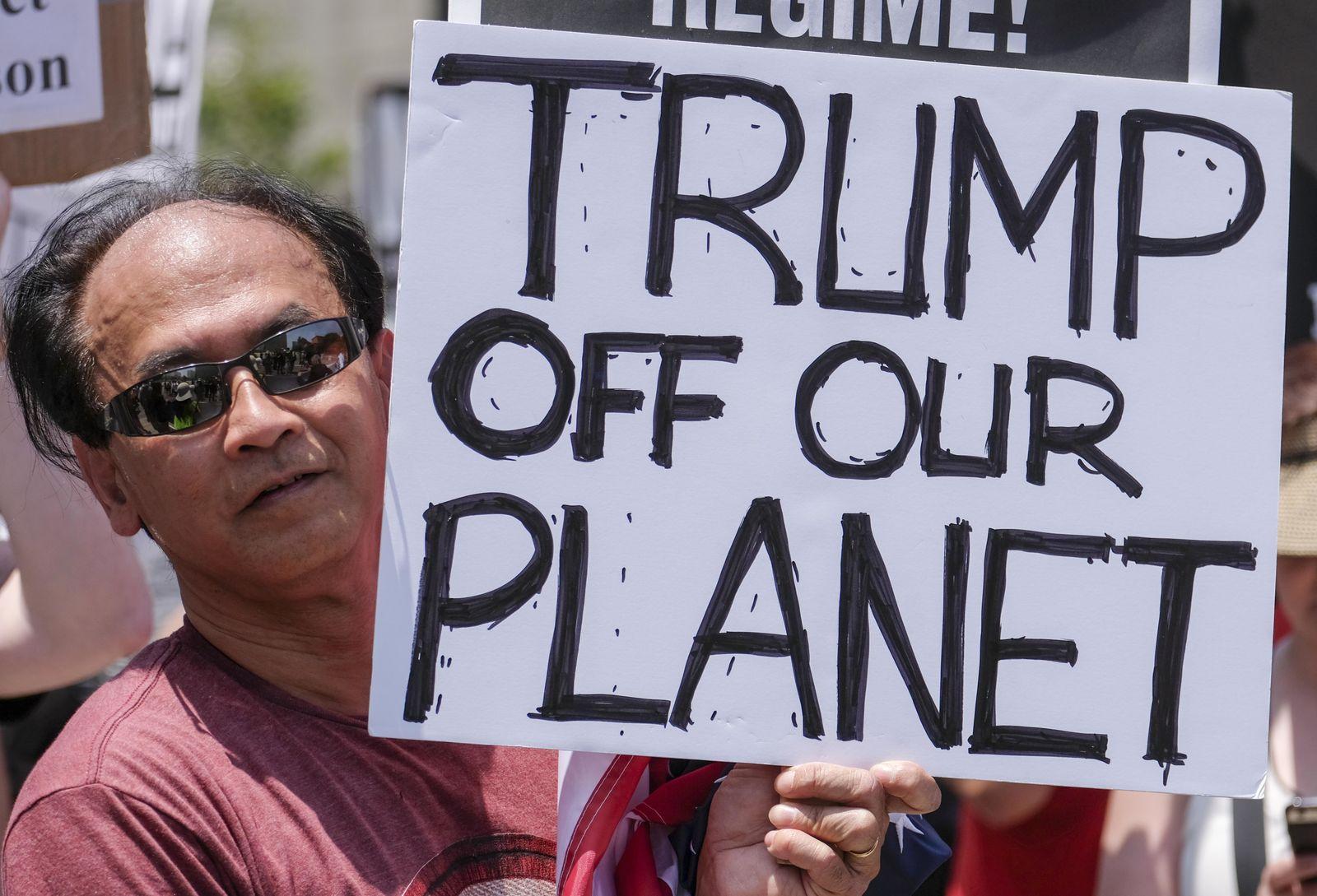 """Aktivisten halten Plakate am 03.06.2017 in Los Angeles, Kalifornien, USA, bei der anti-Trump Demonstration """"March for Truth"""""""