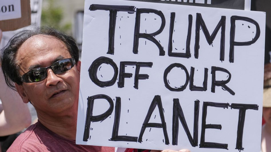 """Aktivisten in Los Angeles: """"March for Truth""""."""