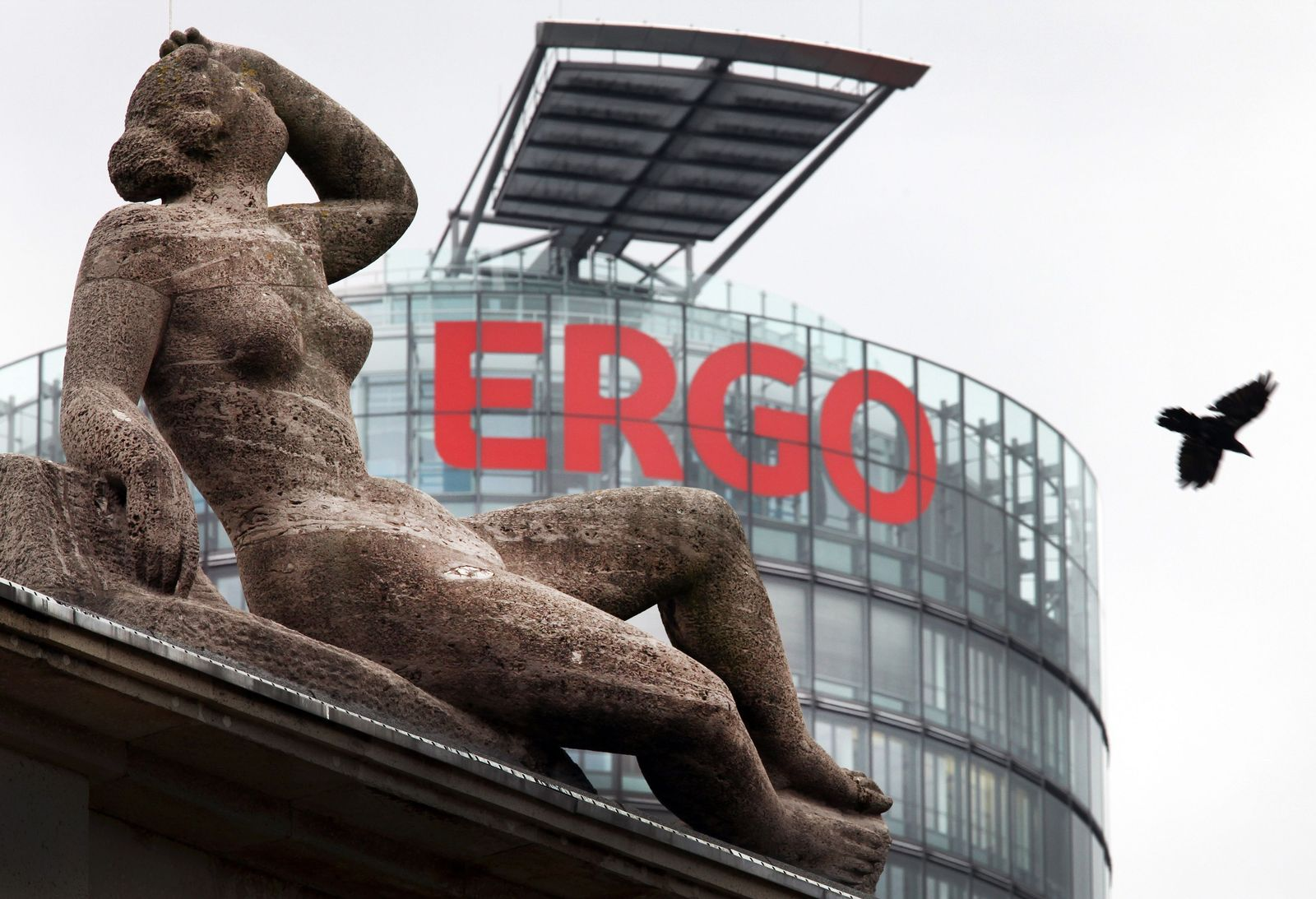 Ergo / Zentrale / Düsseldorf / nackte Frauenskulptur
