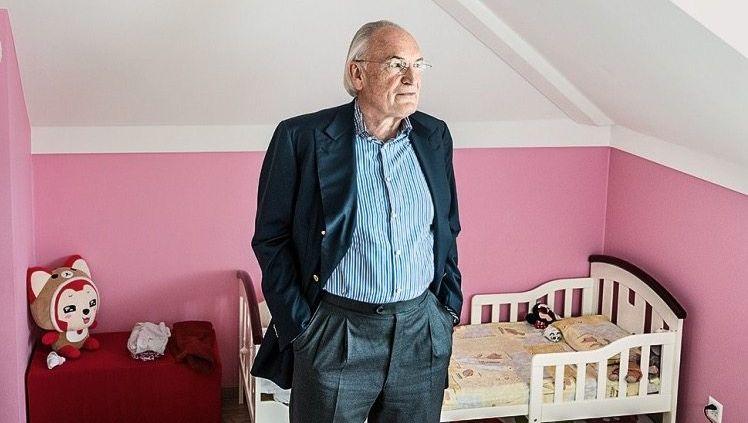 """Vaterstolz: In der Woche kümmert sich Karlheinz Hornung viel um seine """"beiden Mädchen""""."""