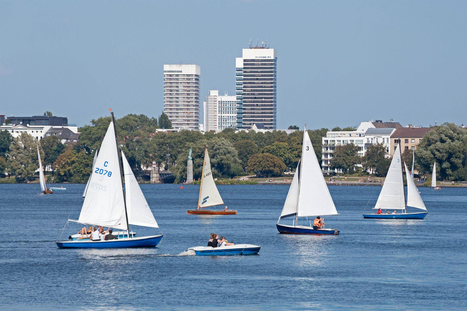 Mundsburg Hochhäuser, Segelboote auf der Außenalster, Hamburg, Deutschland, Europa *** Mundsburg skyscrapers, sailing bo