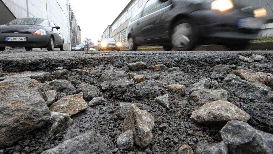 Schlaglöcher, Buckelpisten, Endlos-Baustellen - Deutschlands Straßen und Brücken sind sanierungsbedürftig. Über die Finanzierung der Reparaturen streiten die Politiker