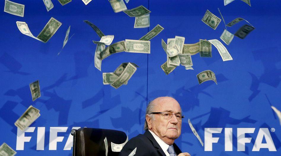 Verdacht der Untreue: Die Schweizer Bundesanwaltschaft ermittelt gegen Fifa-Chef Sepp Blatter (Foto vom 20. Juli 2015 - ein britischer Komiker hatte Blatter mit Falschgeld beworfen)