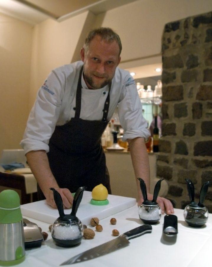 Stefan Hartmann ist der erste Koch, der in Kreuzberg mit einem Michelin-Stern ausgezeichnet wurde. Auf neue Küchenwerkzeuge ist er grundsätzlich neugierig. Allerdings konnte ihn nicht jedes Design-Objekt im Test überzeugen.