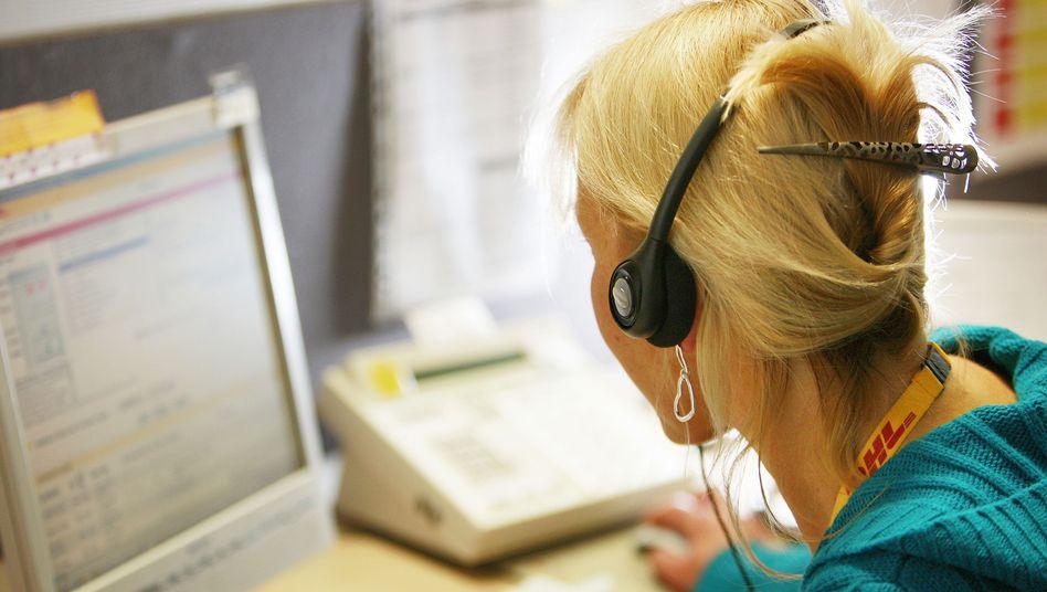 Mitarbeiterin eines Callcenters: Auch in Krisenzeiten müssen Unternehmen ansprechbar bleiben