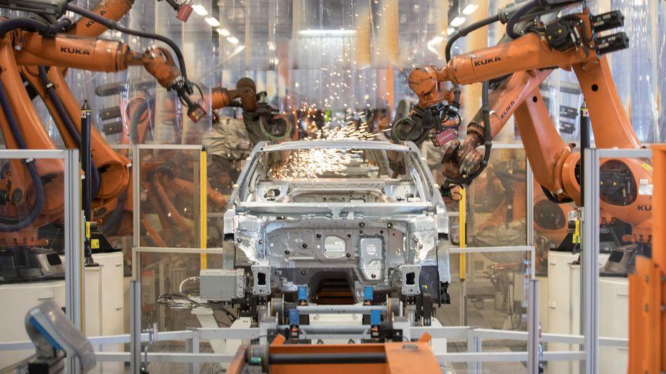 Autobau bei Volkswagen in Emden: Ohne Mikrochips steht die Fertigung teilweise still
