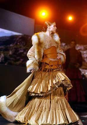 Großer Auftritt bei Gianfranco Ferré: Pelzbesetzter Mantel mit ausladender, krinolinenförmiger Rock-Kreation